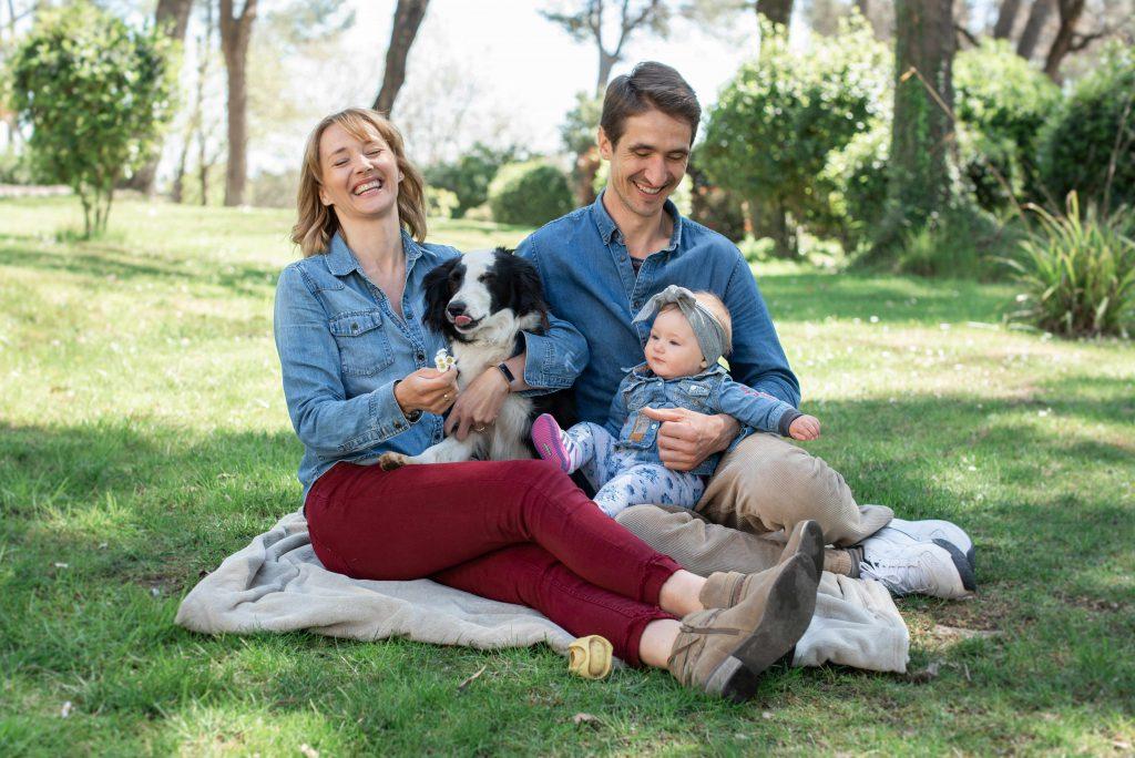 séance photo de famille dans le jardin
