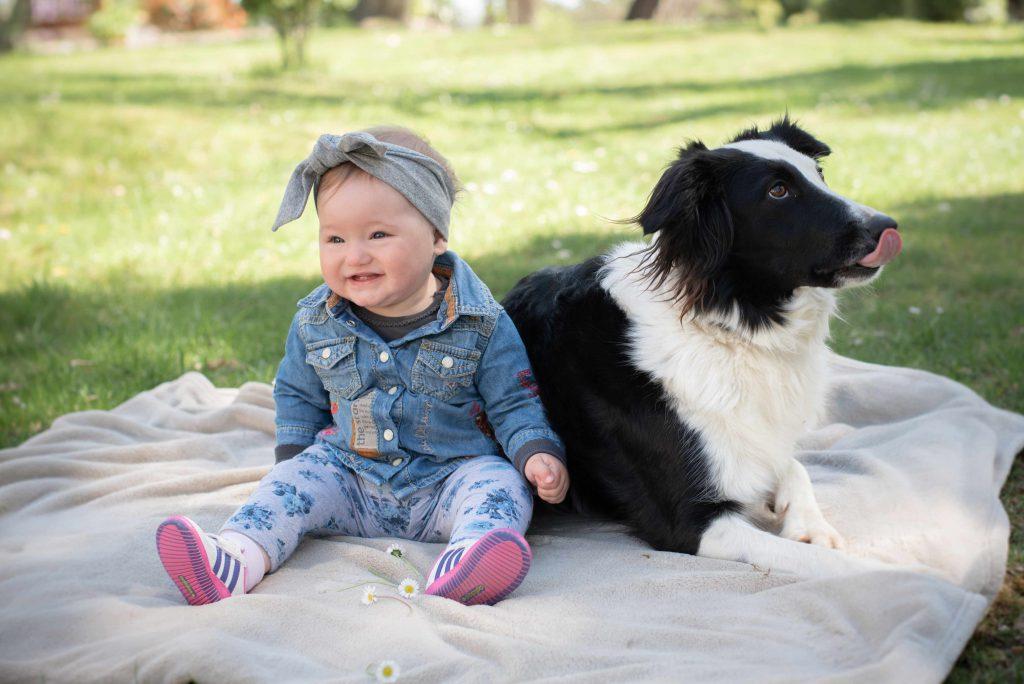 Bébé avec chien photo