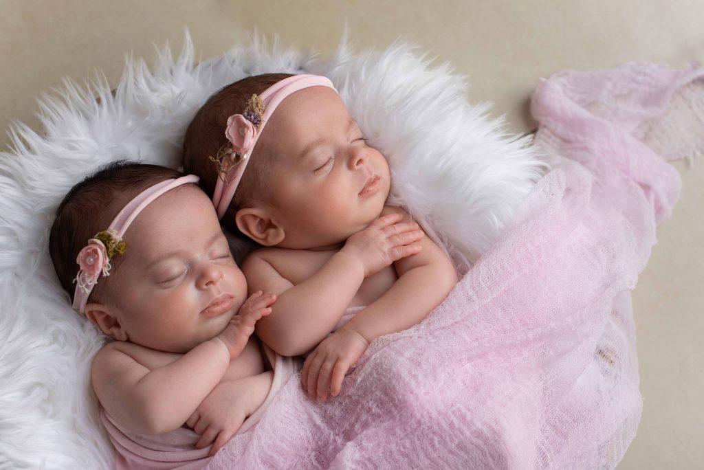Sséance photo de jumeaux nouveau-nés