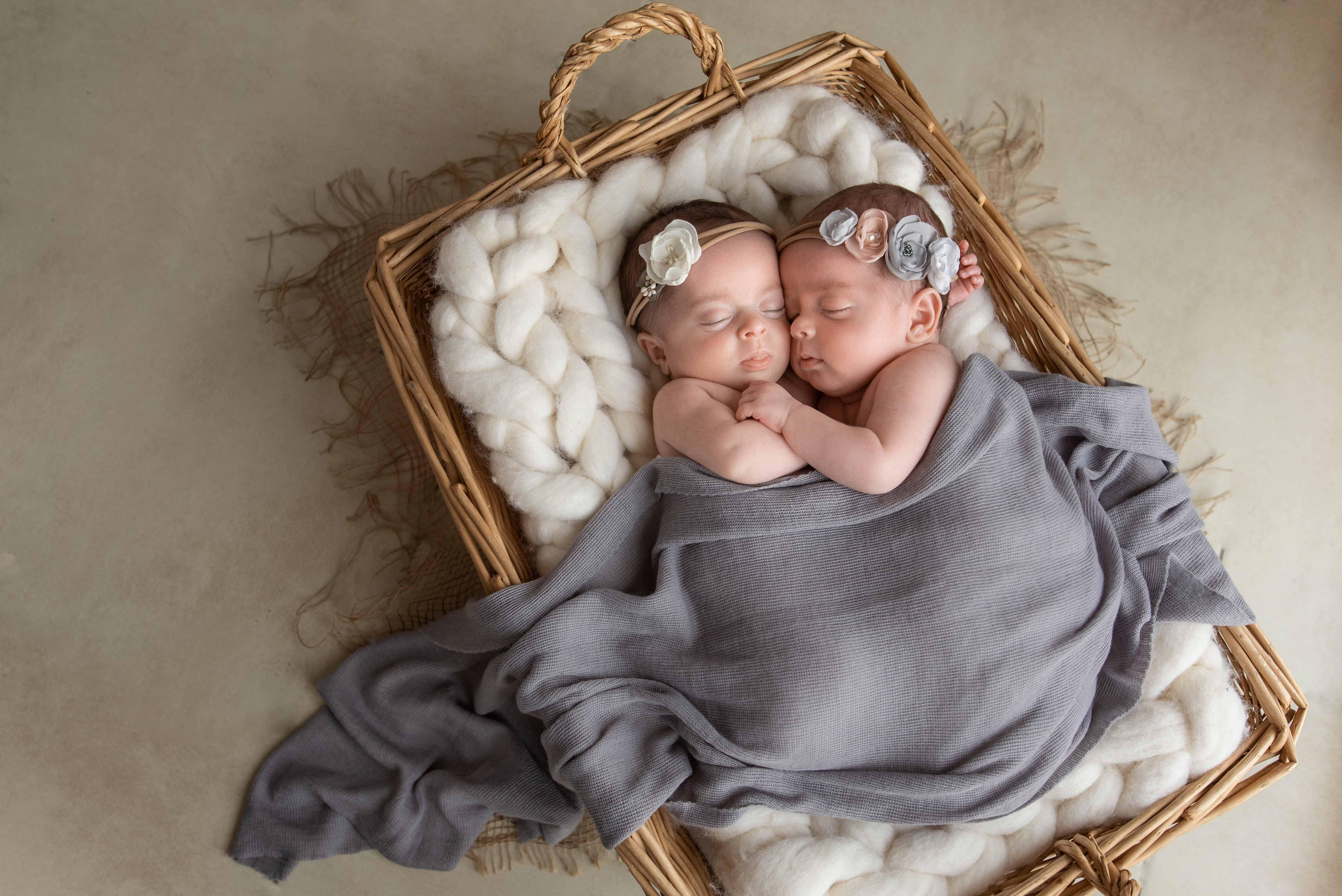 séance photo de jumeaux nouveau-nés