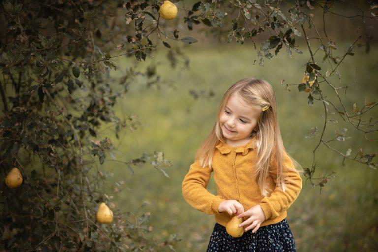 L'automne et les poires – séance photo d'automne de mon enfant